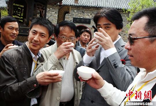 汤镇宗河南信阳与游者共饮毛尖茶