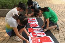 江西大学生制作刻纸作品