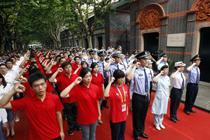 上海青年中共一大会址前宣誓