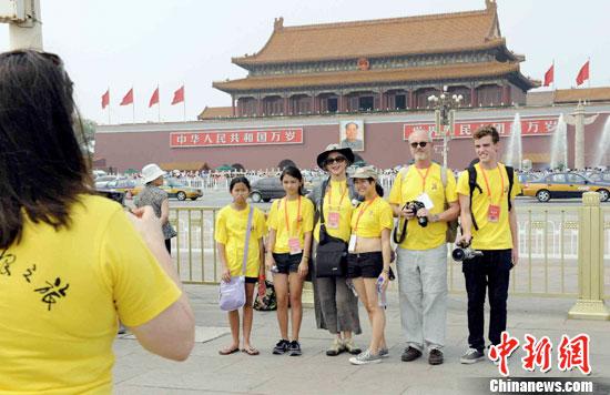 7月4日,2011年领养中国儿童外国家庭夏令营开营式在北京举行,随后,营员家庭游览天安门广场。自2004年以来,中国国务院侨务办公室和中国海外交流协会已连续举办了8期领养中国儿童外国家庭夏令营。迄今,共有260多个家庭的600多位父母和孩子先后应邀来中国参加了夏令营活动。本期夏令营共有来自美国、加拿大、澳大利亚三个国家的55个家庭、64位家长、66位小朋友。在未来10天的营期中,除在北京游览历史文化名胜,参观国家体育场、国家游泳中心等奥运场馆,与北京戏曲艺术职业学校学生交流,学习制作北京传统手工艺品