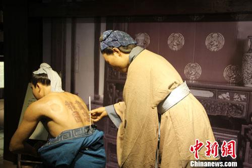 中国高科技仿真机器人展:岳母刺字
