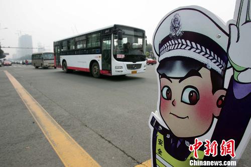 图片新闻      8月25日,在太原市街头,有很多路口树立着卡通警察,它们图片