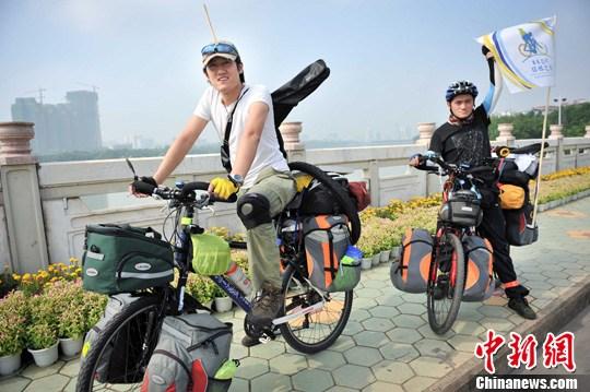 两名中国青年启程亚非 15 国骑行之旅