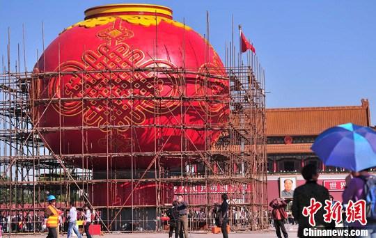 北京天安门广场国庆大红灯笼组装完工