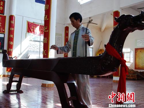 京族老艺人演奏世界最大独弦琴