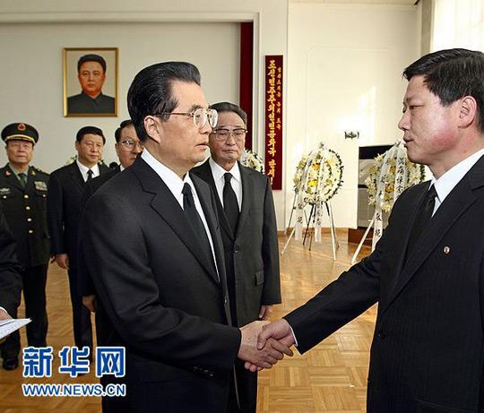 胡锦涛等赴朝鲜驻华使馆吊唁金正日逝世--中新
