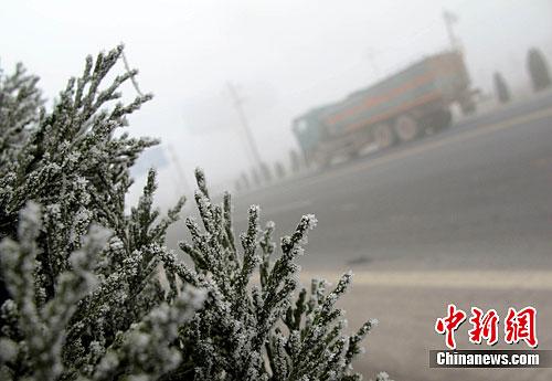 山东 东营/12月21日,雾霾再次侵袭山东东营,城市上空全天雾霾缭绕,大气...