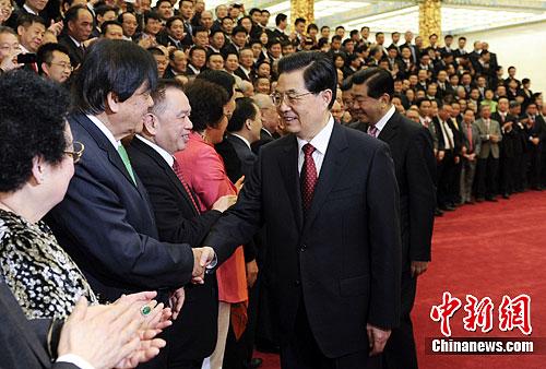 胡锦涛等与华侨华人握手