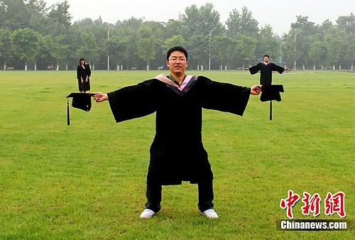 创意 四川大学/四川大学锦江学院毕业学子的创意毕业照。高艺玲摄