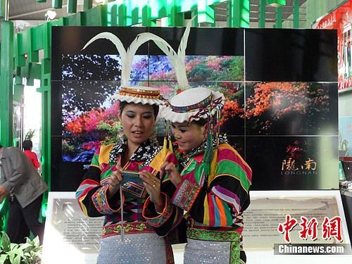 寓意深厚的民族服饰图案形成了独特的白马藏族服饰文化.刘薛梅摄