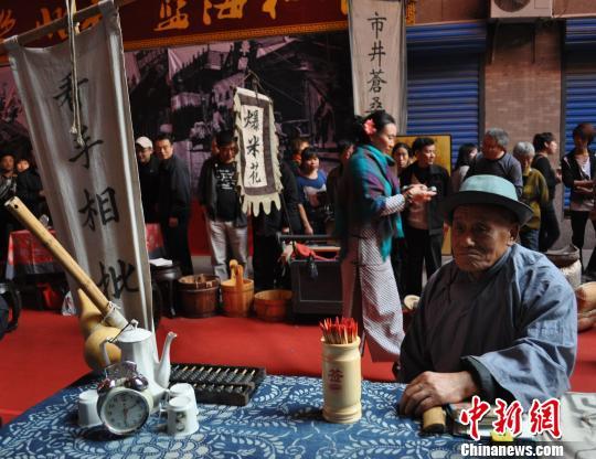 沈阳 清末/图为演员在演绎老北市的算命先生。司晓帅摄