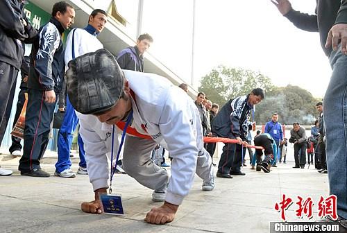 新疆巴州东归那达慕节 上演男人力量的角逐