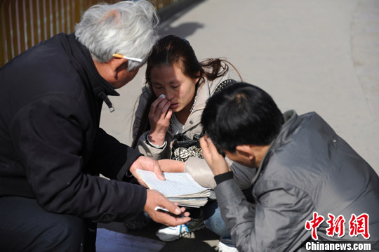 西安 张远/11月23日,在西安市的一座天桥上,一位算命先生正手持纸笔、...