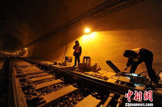 信号机24架,轨道电路50个区段,每一个环节对铁路线的安全畅通都是至关