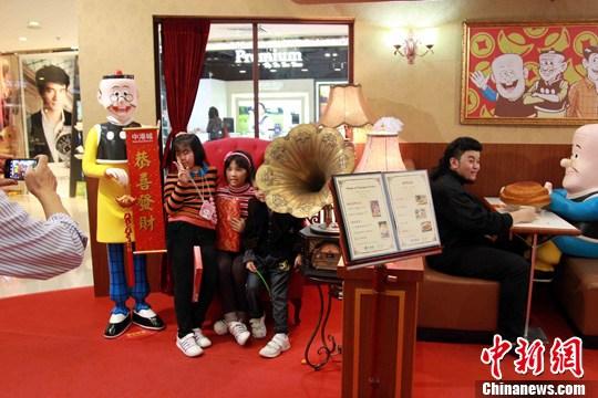 香港重构漫画《老夫子》西餐厅怀旧场景-中新网