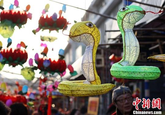 图片新闻      2月21日,孩子在南京夫子庙花灯市场上被蛇造型的花灯吸