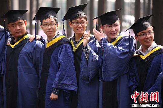 3月18日,身着毕业服的南京理工大学毕业生在校园内拍摄照片。即将进入毕业季,各大高校的应届毕业生趁着春暖花开的美好季节之际,纷纷提前拍摄毕业合影照片,校园里处处洋溢着毕业生们的欢歌笑语。中新社发 泱波 摄