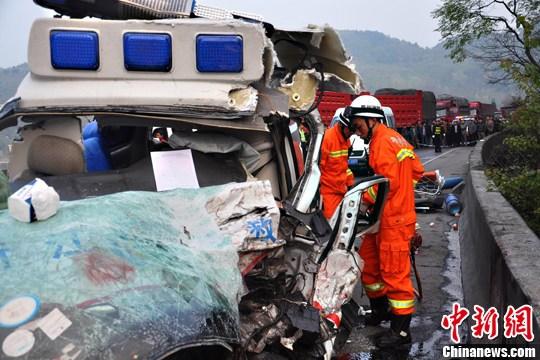 高速公路 贵州省/3月20日上午6时,贵州省贵毕高速高速公路下半沟大桥一辆大货车...