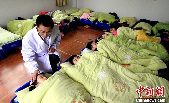 安徽幼儿园小朋友上睡眠课-中新网