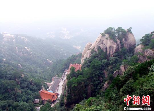 位于安徽省青阳县境内的九华山是中国四大佛教名山之一,以绮丽的自然风光著称于世,又是著名的国际性佛教道场。中秋小长假期间,九华山风景区风和日丽,吸引了大批中外游客前来尽情领略九华秋色胜景、体验佛国文化。中新社发 程依宝 摄 图片来源:CNSPHOTO