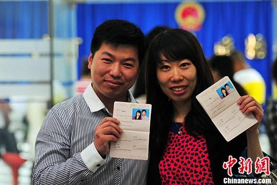 5月21日,沈阳市民在婚姻登记处排队登记结婚.中新社发 于海洋 摄