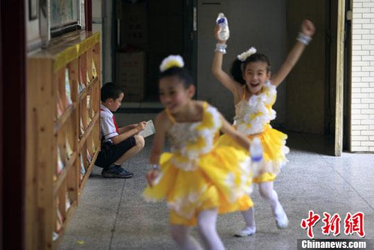 """山城重庆小学生 各式活动迎接""""六一""""儿童节(5)-中新"""