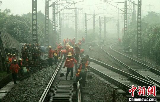 2台挖掘机,6台门式起道机,2组轨道车,269名工作人员不停的忙碌……29