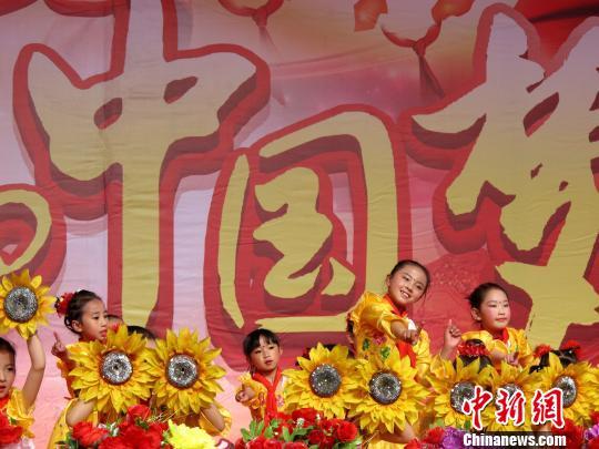 图为拉萨一小的学生表演舞蹈《可爱颂》.赵延 摄