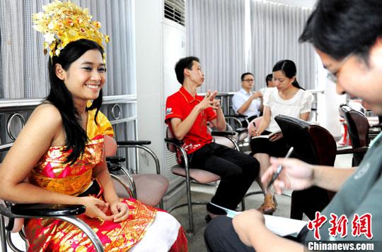 媒体团记者与印尼华裔学生交流