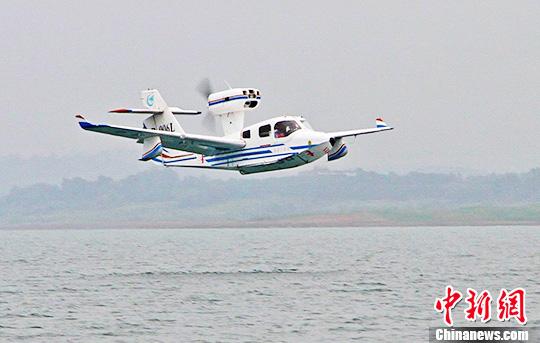 """中国""""海鸥300""""轻型水陆两栖飞机水上首飞成功-中新网"""