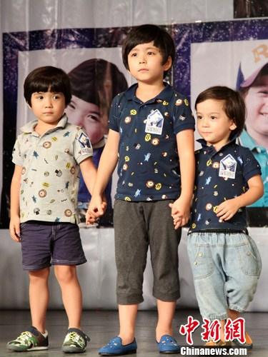 图为萌翻众人的韩国混血小童星文梅森三兄弟到场助阵.