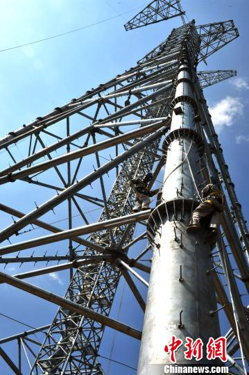 遥控式液压抱杆组立高塔