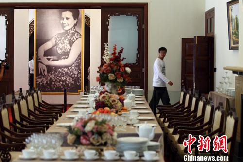 游客在南京美龄宫内巨幅宋美龄照片前参观
