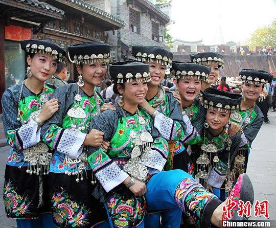 湖南凤凰古城内的苗族风情-中新网图片