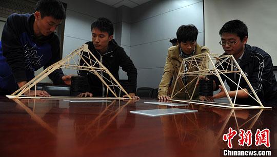 工业大学的学生展示空间大跨结构设计作品的承重能力