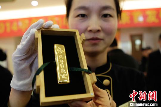 马年/11月24日,河南郑州,工作人员展示马年贺岁金条。中新社发王...
