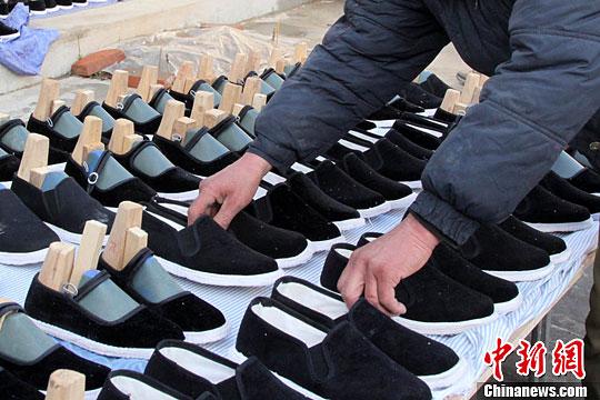 甘肃临夏手工纳鞋底做传统布鞋 农妇在家里 就业