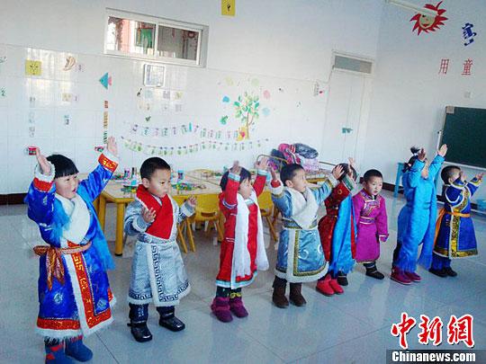 甘肃蒙古族地区幼儿园举办亲子活动迎新年