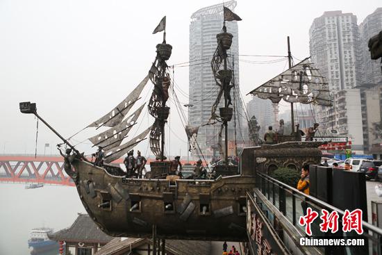 《加勒比海盗》中的海盗船雕塑格外的吸引游客们的