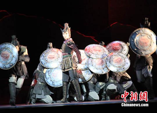 3月5日,中国对外文化集团公司策划运营的中华风韵系列演出,携香港舞蹈团大型舞剧《花木兰》登陆纽约林肯中心。该剧利用中国古典舞蹈刚柔并济的特色,呈现木兰从军前的温婉和其后勇战沙场的胆色。全剧共四幕九场,像一幅水墨长卷,波澜迭起。