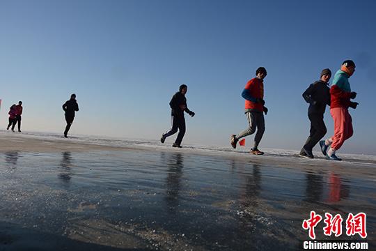 全国长跑爱好者齐聚辽宁康平卧龙湖上演冰上马拉松