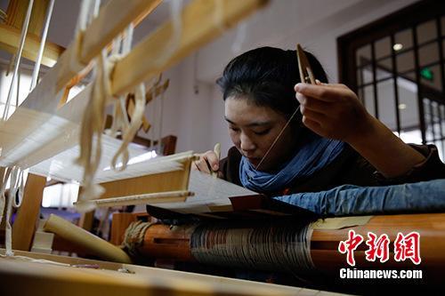 青年唐卡画师在上海演示缂丝唐卡制作过程