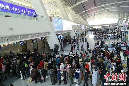 西宁火车站迎节前春运客流