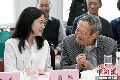 杨振宁、翁帆新书《晨曦集》在清华发布