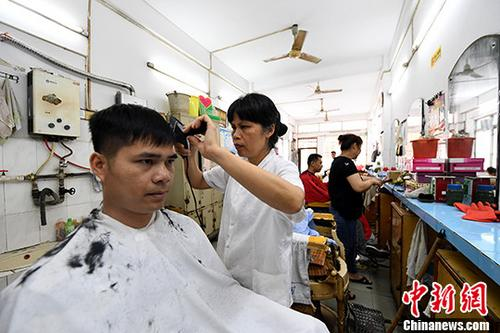 """探访广西南宁""""最年长""""理发店"""