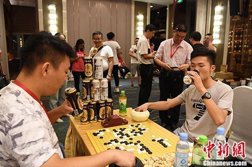 啤酒围棋赛亮相广西南宁民众饮酒对弈