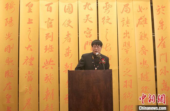中国侨网图为佛涛在其作品前致辞。 中新社记者 廖攀 摄