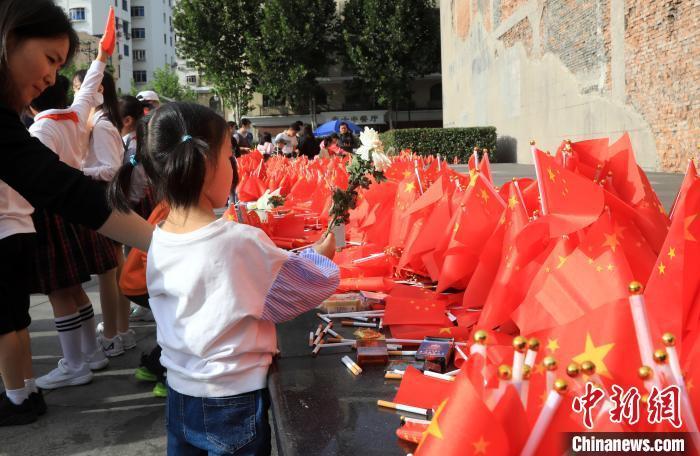 """民众在上海四行仓库缅怀""""八百壮士"""""""