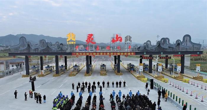 12月30日 ,在 一万余名建设者历经975天的艰苦奋战后, 广西大塘至浦北高速公路项目提前正式分段通车。