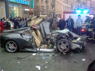 撞毁的法拉利轿车高清图片